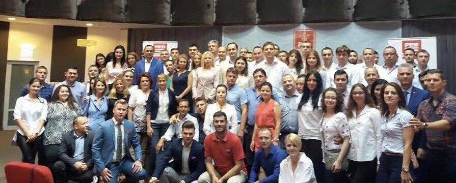 O parte din promoția Școlii de pregătire politice #activisms2019organizată dePES activists România